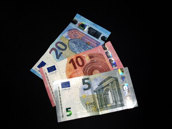 File:Second serie 5, 10, 20 Euro banknotes.jpg - Wikimedia ...