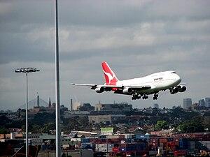 English: Qantas 747 landing at Sydney Airport ...