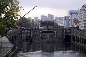 Ecluse du pont de Flandre sur le canal de Sain...