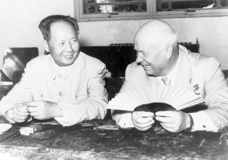 Archivo:Mao Tsé-toung, portrait en buste, assis, faisant face à Nikita Khrouchtchev, pendant la visite du chef russe 1958 à Pékin.jpg