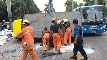 350px Indonesian fire fighters during a traffic accident - Pemadam Kebakaran - Jual Pompa Hydrant