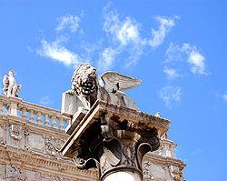 Nella prima fotografia il leone di San Marco posto su una colonna in piazza delle Erbe, abbattuto dai giacobini poco dopo la resa della città. Il leone odierno, realizzato simile all'originario, venne ripristinato nel 1886. Nella seconda fotografia il leone marciano scalpellato dai napoleonici in sfregio alla Serenissima Repubblica di Venezia, tuttora visibile in Piazza dei Signori.