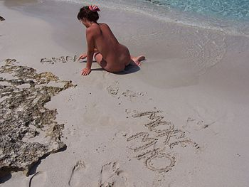 English: nude woman sitting on the beach www.d...