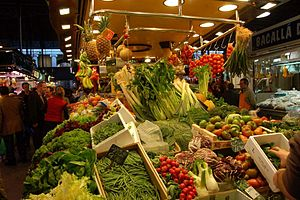 Italiano: Bancarella di verdura al mercato La ...