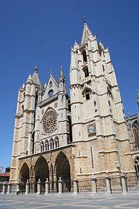 La Catedral de León, primer edificio oficialmente declarado Monumento en España (1844) debida la urgencia de su conservación