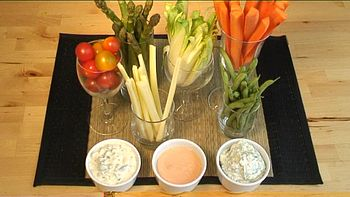 English: Raw vegetables and dips