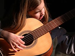 https://i1.wp.com/upload.wikimedia.org/wikipedia/commons/thumb/7/76/Guitarist_girl.jpg/256px-Guitarist_girl.jpg