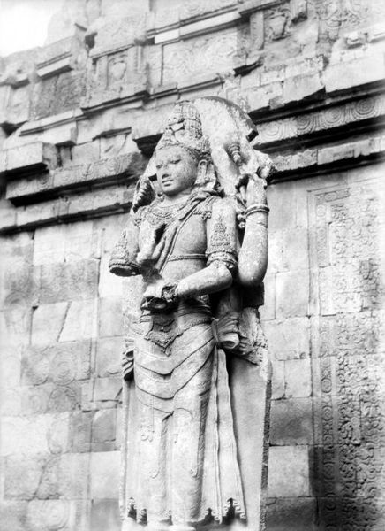 Berkas:COLLECTIE TROPENMUSEUM Beeld van Shiva als Mahadeva op de Candi Lara Jonggrang oftewel het Prambanan tempelcomplex TMnr 10028333.jpg