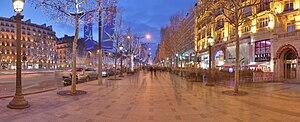 English: North sidewalk of the Avenue des Cham...