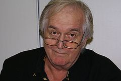 https://i1.wp.com/upload.wikimedia.org/wikipedia/commons/thumb/7/77/Henning_Mankell01.jpg/240px-Henning_Mankell01.jpg