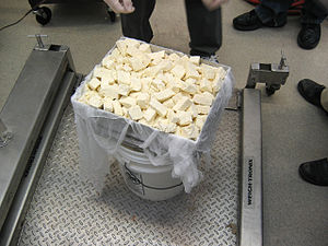 English: Placing chedder cheese curds into mol...