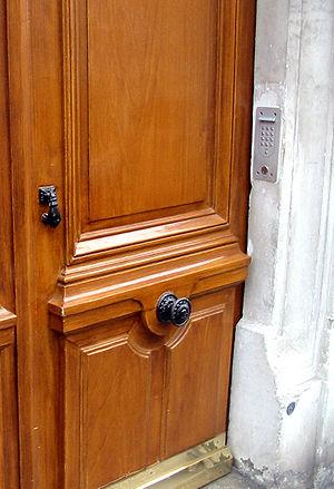 A door handle in the center of a door in Paris