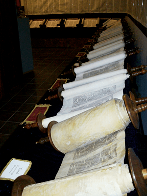 Set of scrolls comprising the entire Tanakh