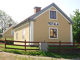 https://i1.wp.com/upload.wikimedia.org/wikipedia/commons/thumb/7/79/Motala_slussvaktarbostad.jpg/256px-Motala_slussvaktarbostad.jpg