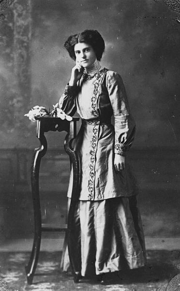 372px StateLibQld 1 74242 Woman posing for a portrait%2C wearing an embroidered jacket%2C 1910 1920 Portrait Collar Blouse