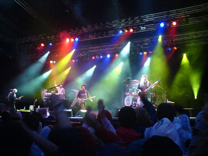 File:Toto in concert.jpg
