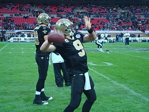 English: Drew Brees warming up in Wembley Stad...