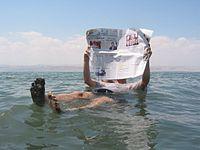 A alta salinidade do Mar Morto permite a flutuação de um turista