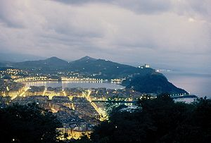English: San Sebastian, Spain, at night. Franç...