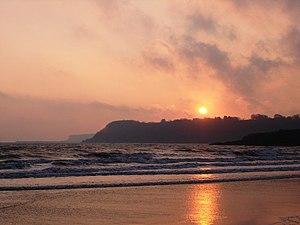 English: Broadsands Beach - foreboding sunrise...