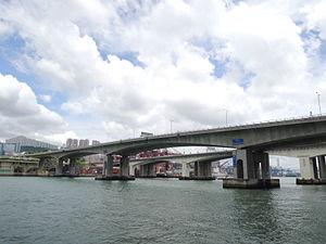 跨越藍巴勒海峽的 長青橋 (前方)及 青衣大橋 (後方)