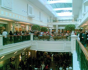 English: Saturday afternoon in Meadowhall shop...