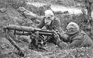 English: British Vickers machine gun crew wear...
