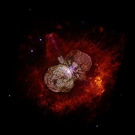 Immagine scattata dal telescopio spaziale Hubble che mostra Eta Carinae e la Nebulosa Omuncolo che la circonda.