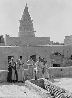 יהודים בבליים עומדים לצד קבר הנביא יחזקאל בצ'יפיל שבעיראק, 1932