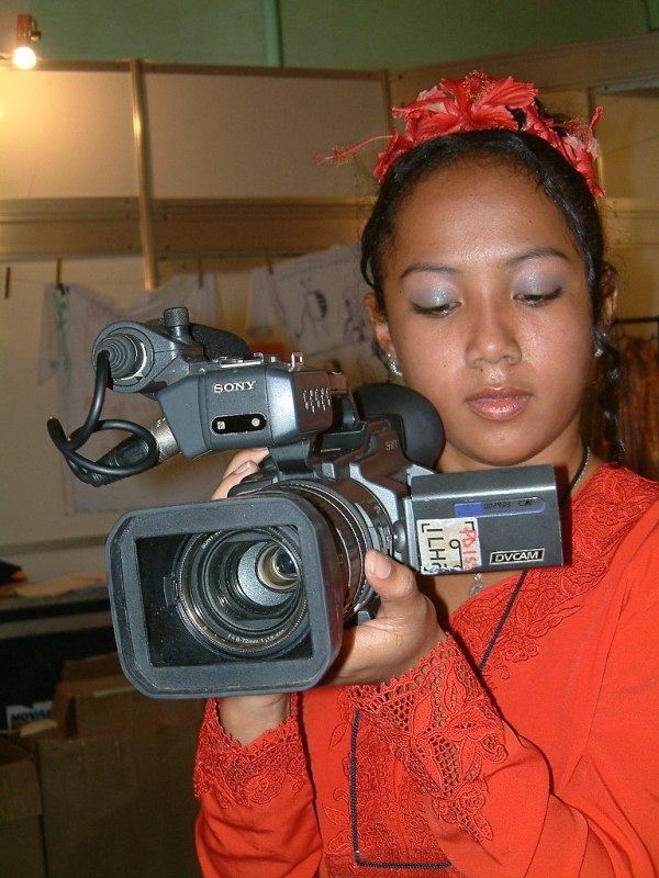 File:Young girl with a camera.jpg - Wikimedia Commons