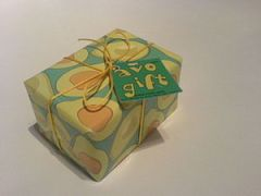 English: A gift wrapped in yellow and green paper.