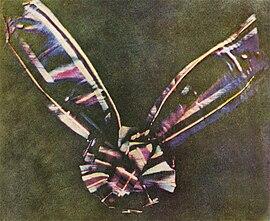 Primera fotografía en color, tomada por James Clerk Maxwell, en 1861, realizando tres fotografías sucesivas con filtros diferentes.
