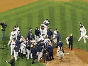English: New York Yankees celebrate after thei...