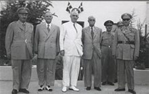 1950, Σχολή Χωροφυλακής στο Γουδί. Ο πρωθυπουργός, στρατηγός Νικόλαος Πλαστήρας, και ο υπουργός Εσωτερικών και Δημοσίας Τάξεως, Γεώργιος Παπανδρέου, με ανώτατους αξιωματικούς της Χωροφυλακής