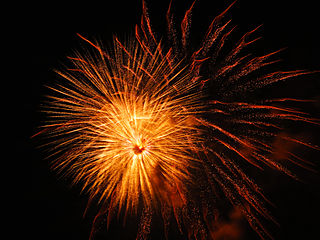 https://i1.wp.com/upload.wikimedia.org/wikipedia/commons/thumb/8/82/Orange_sparkle%2C_firework_that_is_really_amazing_%288282726074%29.jpg/320px-Orange_sparkle%2C_firework_that_is_really_amazing_%288282726074%29.jpg