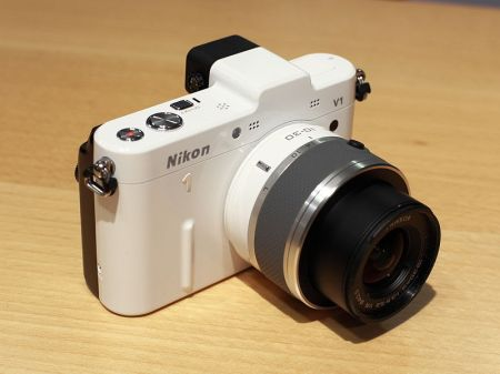 Fichier:Nikon 1 V1 with 10-30mm.jpg