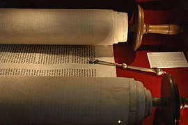 Un rollo de Torah abierto para un servicio liturgico en una sinagoga