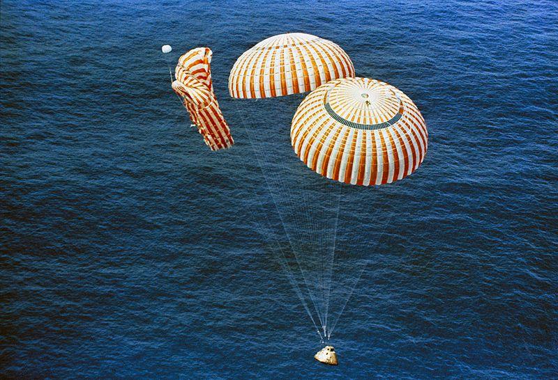 अपोलो १५ की वापिसी दो पैराशुटो के साथ