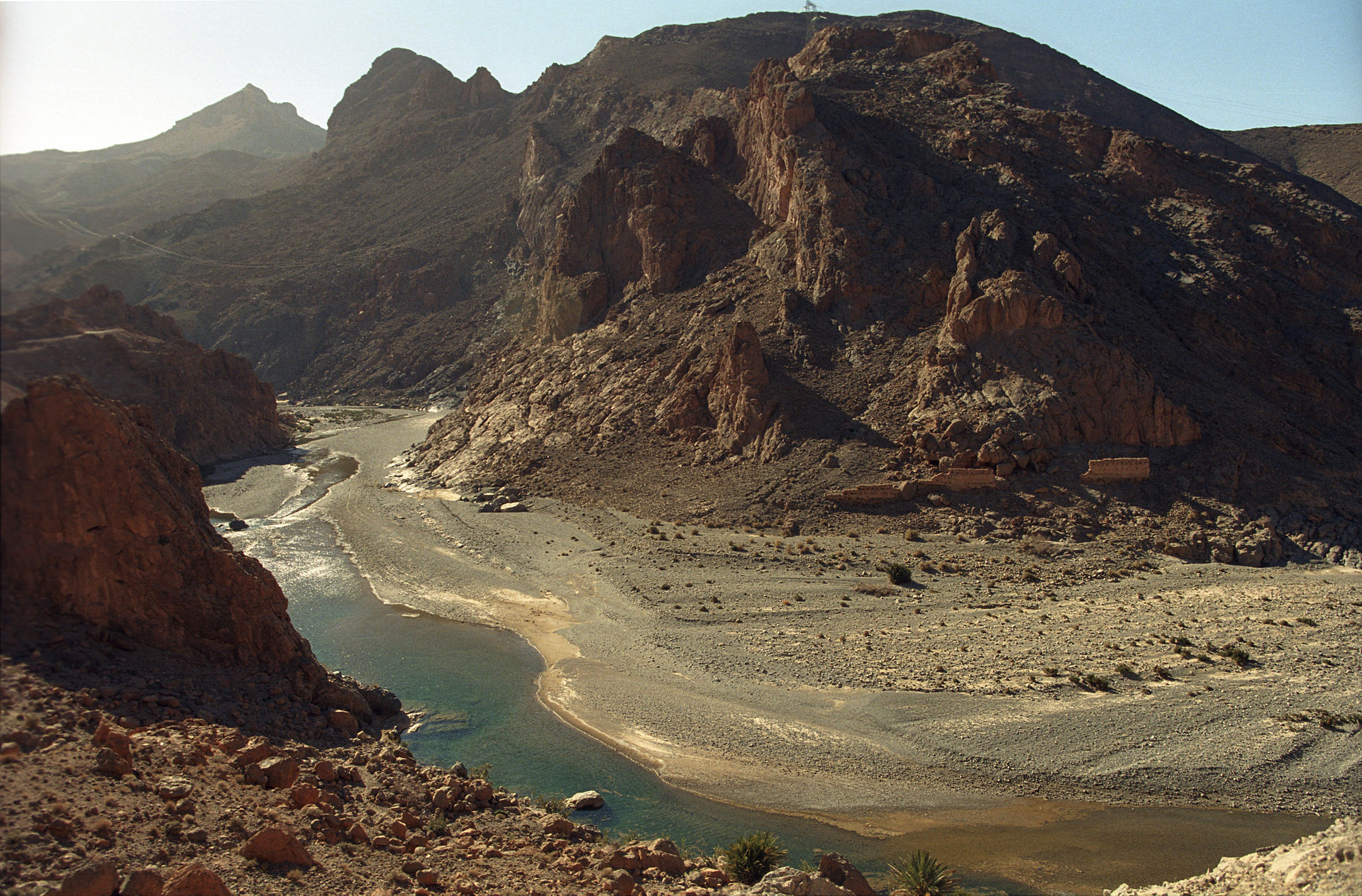 Wadi Nahr Zīz , Tafilalet qui fut un centre commercial important pendant de nombreux siècles; porte principale du Sahara, il a servi de lieu d'échange entre le Nord et l'extrême Sud. C'est par cette région que s'effectuait le transit de l'or, des épices, du sel et des esclaves provenant du