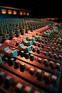 Papan mixing yang dipakai untuk pertunjukan langsung.