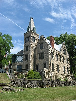 English: Front and side of Mac-O-Chee Castle, ...