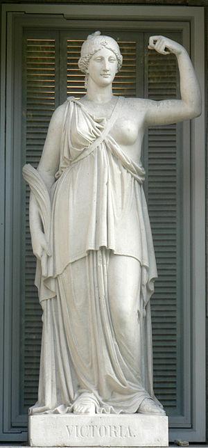 Español: Estatua alegórica de la Victoria, esc...