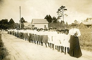 English: Mary McLeod Bethune with girls from t...