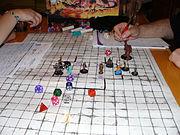 Uma sessão de RPG, dependendo do sistema utilizado, pode contar com dados e fichas, entre outros apetrechos