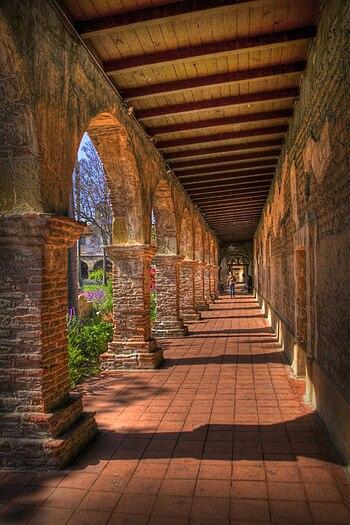 English: Walkway in Mission San Juan Capistrano
