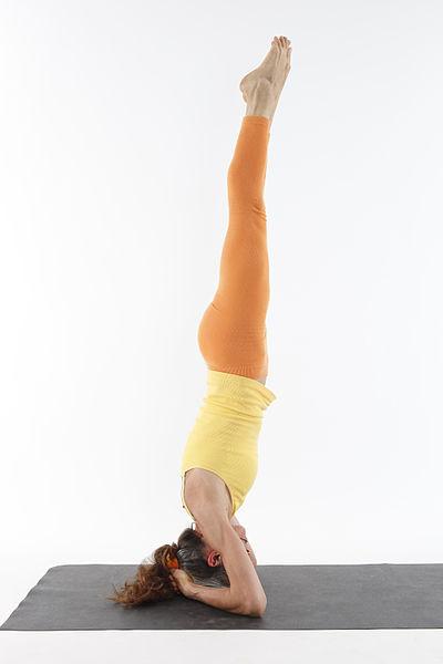 Salamba Sirsasana, una posizione capovolta che richiede anche stabilità ed equilibrio.