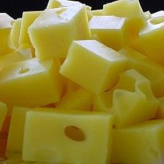 Trozos de queso suizo