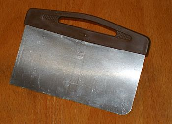 English: Stainless steel bread scraper with pl...