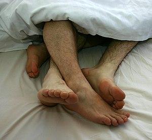 Deutsch: Schwules Zweisamkeit im Bett