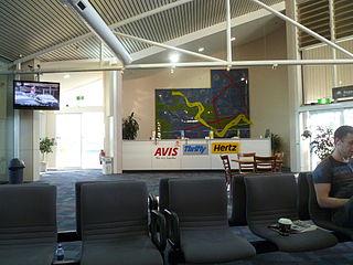 https://i1.wp.com/upload.wikimedia.org/wikipedia/commons/thumb/8/8b/Car_rental_desks_at_Wagga_Wagga_Airport.jpg/320px-Car_rental_desks_at_Wagga_Wagga_Airport.jpg